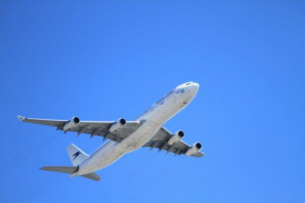 Mag een minderjarig kind zonder ouders vliegen?